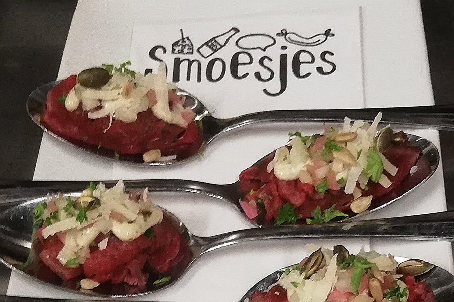 Carpaccio met truffelmayonaise, parmezaan en pijnboompitten van de catering van Restaurant Smoesjes in Utrecht