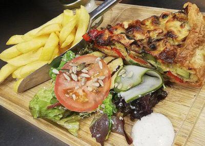 Hartige vegetarische herfsttaart vol met groenten bij Restaurant Smoesjes in Utrecht